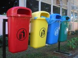 Poubelles. Source : http://data.abuledu.org/URI/502cef60-poubelles