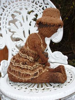 Poupée en fibres de baobab du Zimbabwe. Source : http://data.abuledu.org/URI/52d2cc4a-poupee-en-fibres-de-baobab-du-zimbabwe