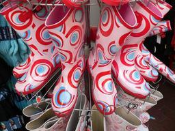 Présentoir de bottes en caoutchouc. Source : http://data.abuledu.org/URI/52bd74f5-presentoir-de-bottes-en-caoutchouc