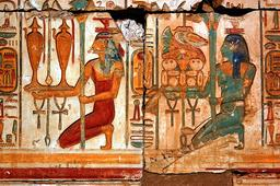 Prêtresses égyptiennes offrant du vin aux dieux. Source : http://data.abuledu.org/URI/573daf07-pretresses-egyptiennes-offrant-du-vin-aux-dieux