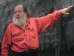 Professeur de mathématiques au tableau. Source : http://data.abuledu.org/URI/56f990b3-professeur-de-mathematiques-au-tableau