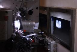 Projecteur cinématographique 35mm en salle. Source : http://data.abuledu.org/URI/554267a2-projecteur-cinematographique-35mm-en-salle
