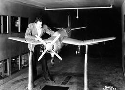 Prototype d'avion dans un couloir de vent. Source : http://data.abuledu.org/URI/52ae0a97-prototype-d-avion-dans-un-couloir-de-vent