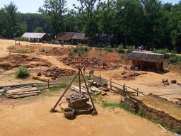 Puits et carrière sur le chantier du château de Guédelon. Source : http://data.abuledu.org/URI/537f4bf7-puits-et-carriere-sur-le-chantier-du-chateau-de-guedelon