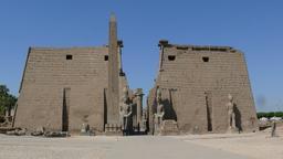 Pylônes et obélisque au temple de Louxor.. Source : http://data.abuledu.org/URI/54d8e30f-pylones-et-obelisque-a-temple-louxor-