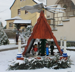 Pyramide de Noël dans un jardin allemand. Source : http://data.abuledu.org/URI/54ccf148-pyramide-de-noel-dans-un-jardin-allemand