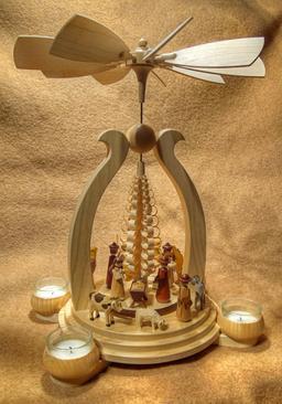 Pyramide de Noël en bois. Source : http://data.abuledu.org/URI/549fd6bc-pyramide-de-noel-en-bois