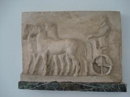 Quadrige grec et son aurige. Source : http://data.abuledu.org/URI/5063461a-quadrige-grec-et-son-aurige