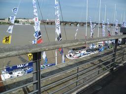 Quai et pont de pierre à Bordeaux. Source : http://data.abuledu.org/URI/597e8286-quai-et-pont-de-pierre-a-bordeaux
