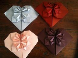 Quatre coeurs en origami. Source : http://data.abuledu.org/URI/52f26c25-quatre-coeurs-en-origami