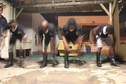 Quatre danseurs en bottes à Durban. Source : http://data.abuledu.org/URI/52bd802b-quatre-danseurs-en-bottes-a-durban