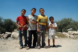 Quatre garçons dans le désert. Source : http://data.abuledu.org/URI/502ad812-quatre-garcons-dans-le-desert