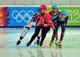 Quatre patineuses à Innsbruck. Source : http://data.abuledu.org/URI/534715c2-quatre-patineuses-a-innsbruck