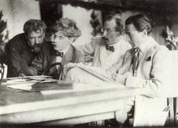 Quatre photographes en 1907. Source : http://data.abuledu.org/URI/585f5fe2-quatre-photographes-en-1907