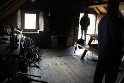 Ramassage de bois mort pour le gîte. Source : http://data.abuledu.org/URI/54b84229-ramassage-de-bois-mort-pour-le-gite