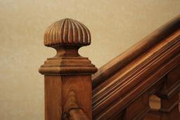 Rampe d'escalier en bois. Source : http://data.abuledu.org/URI/54b58072-rampe-d-escalier-en-bois