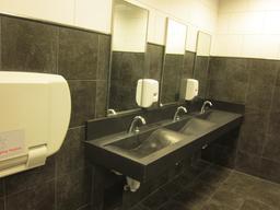 Rangée de lavabos. Source : http://data.abuledu.org/URI/535bf4fc-rangee-de-lavabos