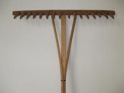 Râteau en bois. Source : http://data.abuledu.org/URI/503baf9f-rateau-en-bois