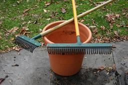 Râteaux de jardin. Source : http://data.abuledu.org/URI/503bb074-rateaux-de-jardin