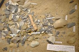 Reconstitution d'un atelier de taille de silex. Source : http://data.abuledu.org/URI/56ceca55-reconstitution-d-un-atelier-de-taille-de-silex