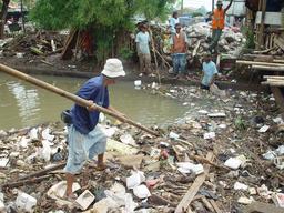 Récupération de déchets à Jakarta. Source : http://data.abuledu.org/URI/56b790c9-recuperation-de-dechets-a-jakarta
