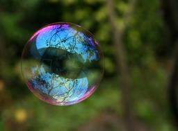 Reflets sur une bulle de savon. Source : http://data.abuledu.org/URI/52bf495b-reflets-sur-une-bulle-de-savon