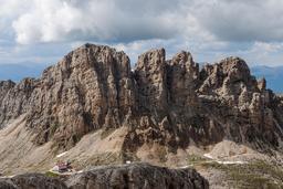 Refuge alpin dans les Dolomites. Source : http://data.abuledu.org/URI/5945b5cf-refuge-alpin-dans-les-dolomites