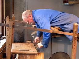 Rémouleur au travail sur son rouet. Source : http://data.abuledu.org/URI/5458f48b-remouleur-au-travail-sur-son-rouet