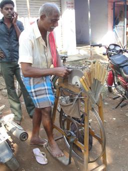 Rémouleur en Inde. Source : http://data.abuledu.org/URI/5458f9f3-remouleur-en-inde