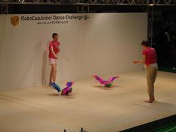Répétitions de concours de danse de deux robots. Source : http://data.abuledu.org/URI/529b20f8-repetitions-de-concours-de-danse-de-deux-robots