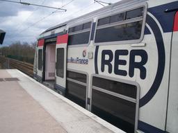 RER A en Gare AchèresVille. Source : http://data.abuledu.org/URI/56d0d0e4-rer-a-en-gare-acheresville