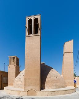 Réservoirs avec ventilateurs à Yazd. Source : http://data.abuledu.org/URI/59550040-reservoirs-avec-ventilateurs-a-yazd