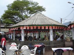 Restaurant de poisson à Douala. Source : http://data.abuledu.org/URI/52d94bc7-restaurant-de-poisson-a-douala