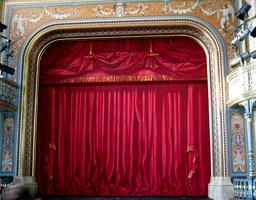 Rideau rouge de théâtre. Source : http://data.abuledu.org/URI/502cdb17-rideau-rouge-de-theatre