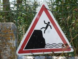 Risque de chute sur falaise. Source : http://data.abuledu.org/URI/55be14be-risque-de-chute-sur-falaise