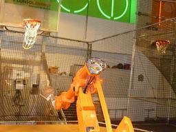 Robot et  basketball. Source : http://data.abuledu.org/URI/58e9dee2-robot-et-basketball