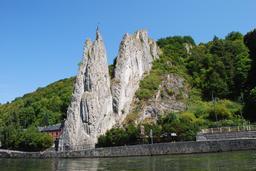 Rocher Bayard à Dinant en bordure de la Meuse. Source : http://data.abuledu.org/URI/54a75e59-rocher-bayard-a-dinant-en-bordure-de-la-meuse