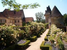 Roseraie du château de Losse en Périgord. Source : http://data.abuledu.org/URI/510d80c1-roseraie-du-chateau-de-losse-en-perigord