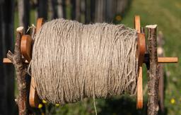 Rouleau de fil de chanvre. Source : http://data.abuledu.org/URI/54a45bc6-rouleau-de-fil-de-chanvre