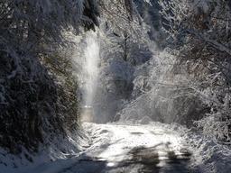 Route de montagne enneigée dans les Pyrénées. Source : http://data.abuledu.org/URI/54c60520-route-de-montagne-enneigee-dans-les-pyrenees