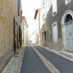 Rue de l'église à Saint-Macaire-33. Source : http://data.abuledu.org/URI/599a9db2-rue-de-l-eglise-a-saint-macaire-33