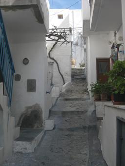Rue en pente du village grec de Skyros. Source : http://data.abuledu.org/URI/527105ca-rue-en-pente-du-village-grec-de-skyros