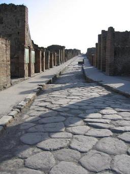 Rue romaine pavée à Pompéi. Source : http://data.abuledu.org/URI/5185411b-rue-romaine-pavee-a-pompei