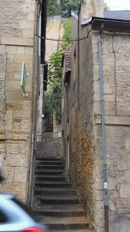 Ruelle dans la ville médiévale à Montignac-24. Source : http://data.abuledu.org/URI/5994e8f5-ruelle-dans-la-ville-medievale-a-montignac-24
