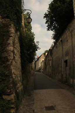 Ruelle de la cité de Loches. Source : http://data.abuledu.org/URI/55e40469-ruelle-de-la-cite-de-loches