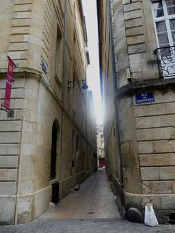 Ruelle médiévale à Bordeaux. Source : http://data.abuledu.org/URI/59075c5f-ruelle-medievale-a-bordeaux
