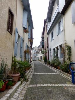 Ruelle pavée de Salies-de-Béarn. Source : http://data.abuledu.org/URI/5866239b-ruelle-pavee-de-salies-de-bearn