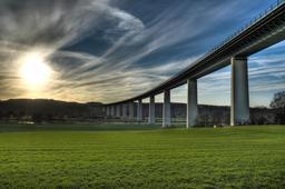 Pont sur l'autoroute reliant Düsseldorf à Essen. Source : http://data.abuledu.org/URI/54cfffc0-ruhrtalbruecke-sonnenuntergang-jpg