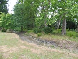 Ruisseau dans le parc du Château Malleret à Cadaujac. Source : http://data.abuledu.org/URI/594ead41-ruisseau-dans-le-parc-du-chateau-malleret-a-cadaujac