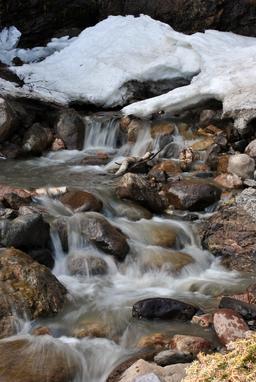 Ruisseau sous la glace au Québec. Source : http://data.abuledu.org/URI/5356b08e-ruisseau-sous-la-glace-au-quebec
